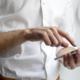 Blogthema Online-Marketing: Mann bedient Smartphone