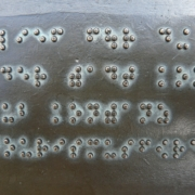 Blog Thema Barrierefreies Internet: Metallplatte mit Blindenschrift