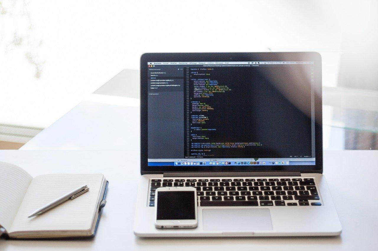 Laptop mit Blick auf Datenbank