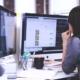 Blog Thema Webseiten-Relaunch: Junge Frau vor PC arbeitet an Webseite