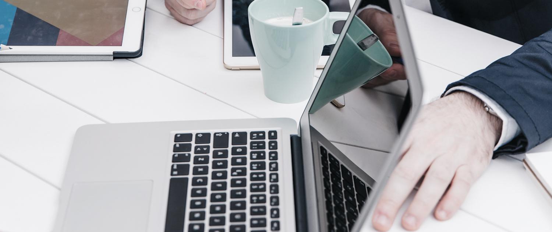 Menschen bei Beratung zu Webdesign und Onlinemarketing